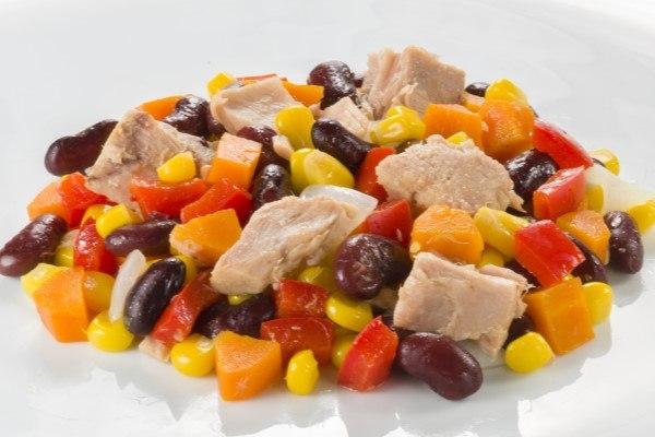 ensalada de atun con mezcla de ingredientes